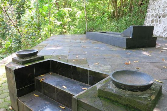 Makam dengan ornamen cobek batu